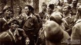 1949-xx-xx - ΔΣΕ Μέλη του Δημοκρατικού Στρατού τραγουδούν σε στιγμή χαλάρωσης στα βουνά της Μακεδονίας κατά την τελευταία φάση του εμφυλίου πολέμου