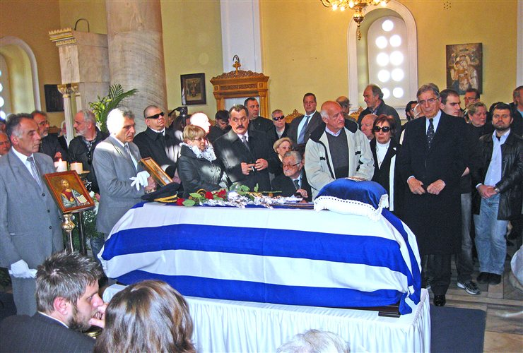 Κηδεία Νικόλαου Ντερτιλή: Διακρίνονται ο Χρήστος Παπάς της ΧΑ, ο Πρέσβης Γιώργος Γεωργίου από το ΛάΟΣ και άλλοι χουντικοί και βασιλόφρονες, 31/01/2013.