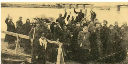 26/10/1944: Η διάβαση του ποταμού Αξιού με σχεδίες. Στο βάθος η ανατιναγμένη από τους Γερμανούς γέφυρα. Διακρίνονται ο Ιωακείμ Κοζάνης, ο επιτελής του ΕΛΑΣ Λαγγουράνης, ο επιτελάρχης της Χ Μεραρχίας Καστανάς κά