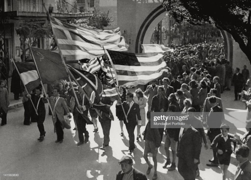 Παρέλαση νέων με την ελληνική, την αμερικανική και την σημαία της ΕΣΣΔ: Η διάσημη αψίδα που καταστράφηκε σχετικά σύντομα.