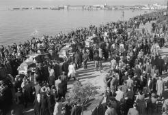 1944-10-30-Θεσσαλονίκη Λιμάνι – Οχήματα της RAF αποβιβάζονται