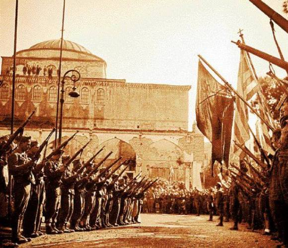 Θεσσαλονίκη Αγία Σοφία, 01/11/1944: Αγημα ΕΛΑΣ. Διακρίνονται και συμμαχικές σημαίες.