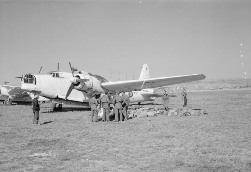 1944-11-01-Θεσσαλονίκη Σέδες αεροδρόμιο - Αγγλοι φέρνουν προμήθειες Vickers Wellington Mark XIII of No. 221 Squadron RAF