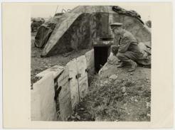 Θεσσαλονίκη, 11/11/1944: Αγγλος αξιωματικός μπροστά σε γερμανικό όρυγμα από εβραϊκές πλάκες.