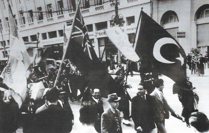 Αθήνα Οδός Πανεπιστημίου, 07 Απριλίου 1941 Αθηναίοι με τουρκικές σημαίες και βρετανικές σημαίες