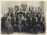 Μάιος 1944, Εδρα ΠΕΕΑ, Αίθουσα συνεδριάσεων - Μητροπολίτης Ηλείας Γερμανός, Σμήναρχος Μίχος και Εθνοσύμβουλοι Πελοποννήσου. Πίσω οι 4+1 πιο σημαντικές σημαίες της εποχής.