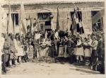 Μάιος 1944. Εξω από το σχολείο κυκλικά: Τσολιάδες, Αντάρτες και παπάδες. Στο πλατύσκαλο ο Ηλείας Γερμανός, ο Σμήναρχος Μίχος και Εθνοσύμβουλοι Πελοποννήσου.