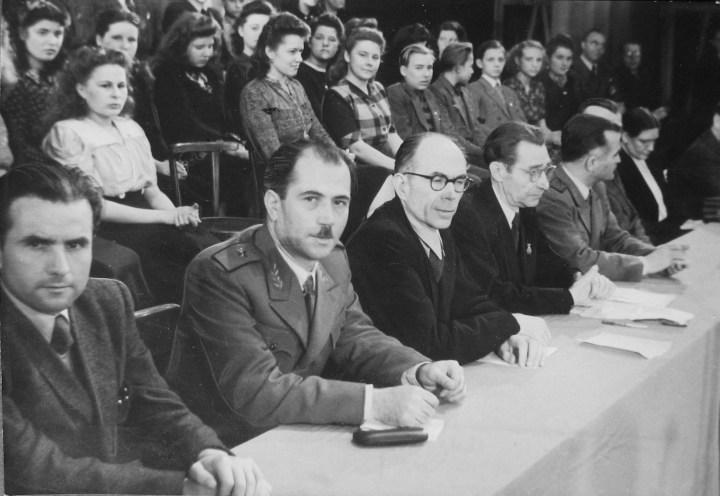 Από την κεντρική εκδήλωση στη Κρατική Όπερα του Βερολίνου (30.1.1949). (Από αριστερά προς τα δεξιά): Σικαβίτσας, Υποστράτηγος Λάμπρος (Κανακαρίδης), Πέτρος Κόκκαλης, Ερνστ Κρίγκερ (γεν. γραμματέας της Επιτροπής Βοήθειας στη Δημοκρατική Ελλάδα), Αντιστράτηγος Κικίτσας (Πρωτόπαππας). Πίσω τους η χορωδία του FDJ.
