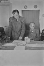 Ο Γερμανός αξιωματούχος Σβότσερ, μέλος της Κ.Ε. του SED, παραδίδει ένα χρηματικό ποσό της βοήθειας στον Θανάση Γεωργίου.