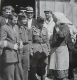 Επίσκεψη και συζήτηση με Γερμανίδα αγρότισσα. Από αριστερά: Θανάσης Γεωργίου, η μαχήτρια Βικτώρια Τζάιχου, μαχητής του ΔΣΕ και Γερμανοί.