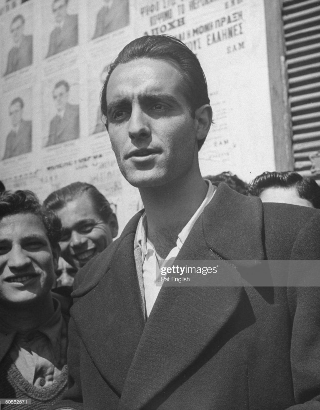 Ο Μιχάλης Νικολινάκος στις εκλογές του 1946, περιμένει να ψηφίσει