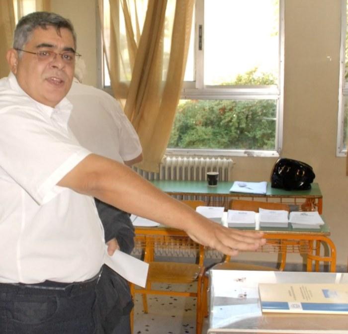 Η διχασμένη προσωπικότητα του Αριου Ελληνα Φύρερ: Με το ένα χέρι ψηφίζει στην κάλπη, και με το άλλο χέρι μουτζώνει την κάλπη στην οποία ψηφίζει. Εκτός κι αν ... το χέρι σηκώνεται από μόνο του.