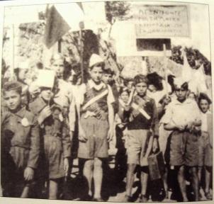 Αετόπουλα στη Θεσσαλονίκη - Το πλακάτ γράφει Αγωνιστείτε για τη λαϊκή κυριαρχία και για τη δημοκρατία