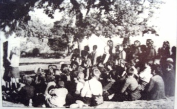 1944-xx-xx-Υπαίθρια μαθήματα μετά το κάψιμο του σχολείου στο χωριό Σύδεντρο