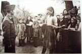 Κορίτσι σε μάθημα με τον ΕΛΑΣίτη δάσκαλό της ενώ το χωριό της κάηκε από Γερμανούς και Ταγματασφαλίτες