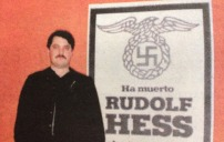 Χρήστος Παππάς μπροστά από αφίσα Ρούντολφ Ες - ssw4
