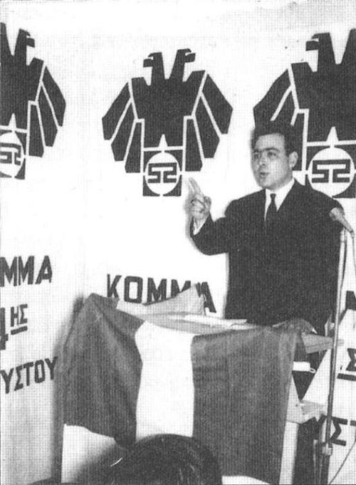Ο Δημήτρης Δημόπουλος σε εκδήλωση του Κ4Α, την δεκαετία του 1960, πριν αναλάβει τη γενική γραμματεία στο υπουργείο της χούντας. Οταν το 1994, σαν υποψήφιος ευρωβουλευτής της ΕΠΕΝ είχε κατηγορήσει τη ΧΑ για 'σκληρό ναζισμό', ο Μιχαλολιάκος από τις σελίδες της εφημερίδας τους, 17/06/1994, τον κάρφωσε πως είχε γράψει βιβλίο με σκληρές εθνικοσοσιαλιστικές θέσεις και 'προέτρεψε' την ΕΠΕΝ «να είναι προσεκτικοί στους χαρακτηρισμούς της για τη ΧΑ» -αυτό το φαινόμενο είναι διαχρονικό και με καθολική ισχύ στο χώρο της ακροδεξιάς: άπαντες καρφώνουν άπαντες τους πρώην συναγωνιστές τους σε κάθε πιθανή ευκαιρία· χιλιάδες τα παραδείγματα -θυμηθείτε μόνο πόσους κάρφωσαν κατά την απολογία τους στη Βουλή οι Μιχαλολιάκος και Παππάς -όποιον έτυχε να τους πει 'καλημέρα', ουσιαστικά.