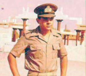 1978, ο Νίκος Μιχαλολιάκος με στολή ΔΕΑ (δόκιμου εφέδρου αξιωματικού). Ατιμάζει το εθνόσημο που φέρει τα σύμβολα της Ελληνικής Δημοκρατίας στην οποία δεν πιστεύει και θέλει να καταστρέψει.