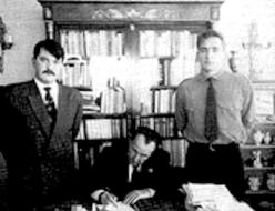 Περιοδικό Χρυσή Αυγή, τεύχος Απριλίου 1990, Συνάντηση στη Μαδρίτη, στο σπίτι του Λεόν Ντεγκρέλ. Ταξίδεψαν για τη Χρυσή Αυγή Χρήστος Παππάς (αριστερά) και Παναγιώτης Ζουμπούλης (δεξιά, με τη ναζιστική περιβολή).
