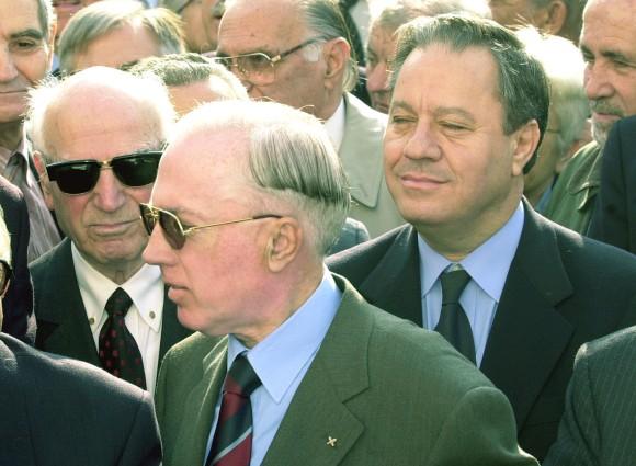 Από την κηδεία του έτερου μεγάλου ινδάλματος της ΧΑ, του Γεωργίου Παπαδοπούλου· Πλεύρης (με το σηματάκι της 'Πρώτης Γραμμής' στο πέτο), Παττακός και Ανδρεουλάκος, όλο το φάσμα της δεξιάς, με λίγα λόγια, στις 30/06/1999 αποχαιρετούν τον μεγάλο ηγέτη τους. Κάπου παραδίπλα βρίσκεται και ο Μιχαλολιάκος.