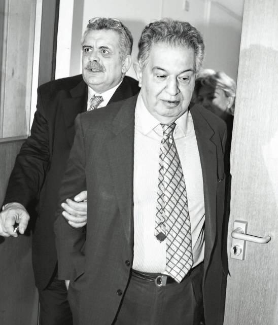 """Μάρτιος 2005, Τριμελές Εφετείο Κακουργημάτων Αθήνας. Ο Τάκης Μιχαλόλιας προσπαθεί ανεπιτυχώς να σώσει τον ηγέτη της """"Εθνικής Συμμαχίας"""" και εκβιαστή εκδότη και καναλάρχη Γρηγόρη Μιχαλόπουλο από τις κατηγορίες για εκβιασμό εις βάρος της οικογένειας του Θεόδωρου Αγγελόπουλου, της οικογένειας Λάτση και του πρώην συζύγου της Μαριάννας Λάτση πρώην Δημάρχου Βουλιαγμένης Γρηγόρη Κασιδόκωστα, του Μητροπολίτη Ζακύνθου Χρυσόστομου, του Αργύρη Σαλιαρέλη και πολλών άλλων. Το τέχνασμα του εκβιαστή ήταν απλό: «Δώστε μου το χι ποσό για να κανονίσω να βγείτε από τις λίστες εκτελέσεων της 17Ν», τους έλεγε. Εκείνοι πλήρωναν, κι αν η 17Ν τελικά δεν τους εκτελούσε, όλα καλά. Αν στέκονταν άτυχοι, όπως ο Δημήτριος Αγγελόπουλος που πλήρωσε τον Μιχαλόπουλο το 1985 αλλά ένα χρόνο μετά τελικά η 17Ν τον εκτέλεσε, «τι να κάνουμε, συγγνώμη λάθος». Μάρτυρας υπεράσπισης του εκβιαστή εκδότη ήταν ο υπουργός της χούντας και στέλεχος της ΕΠΕΝ και της Πατριωτικής Συμμαχίας του Μιχαλολιάκου, υφυπουργός Τύπου επί Πολυτεχνείου, Σπύρος Ζουρνατζής. Είπαμε, όλα τα πρόσωπα στην ελληνική ακροδεξιά κύκλους κάνουν σε ένα ατέλειωτο γαϊτανάκι."""