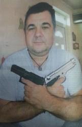 Γιώργος Ρουπακιάς με δύο πιστόλια χιαστί σαν Τζέημς Μποντ και κρεμαστό κόσμημα στο λαιμό με μαίανδρο ΧΑ, RealNews, 05/10/2014.