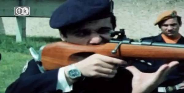 Ο Λογγίνος Παξινόπουλος την εποχή που ήταν διοικητής των χουντικών Αλκίμων του Κώστα Πλεύρη, 1969: Με στολή σε ασκήσεις σκοποβολής με πραγματικά όπλα (καραμπίνες Ρέμινγκτον).