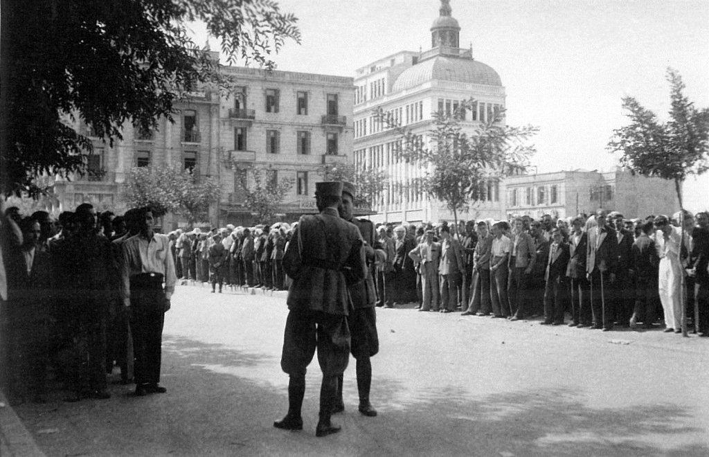 Ο Ανδρέας Ασσαέλ, συλλέκτης φωτογραφιών πολέμου και απόγονος επιζώντων, ανακάλυψε σε ένα παζάρι παλαιών ειδών το σπάνιο φωτογραφικό αρχείο του Γερμανού στρατιώτη Βέρνερ Ράνγκε