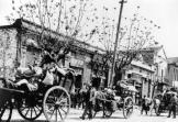 M;artiow 1943, Λαγκαδάς: Εβραίοι του Λαγκαδά περνούνε μέσα από την πόλη προς το γκέττο.