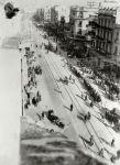 1943-04-09 – Θεσσαλονίκη Εγνατία – Φάλαγγα Εβραίων στην Εγνατία οδό κατά την μεταφορά τους στον Σιδηροδρομικό Σταθμό – 1943_thes-niki_odos_egnatia_falagga_evraion_pros_to_stathmo_toy_trainoy