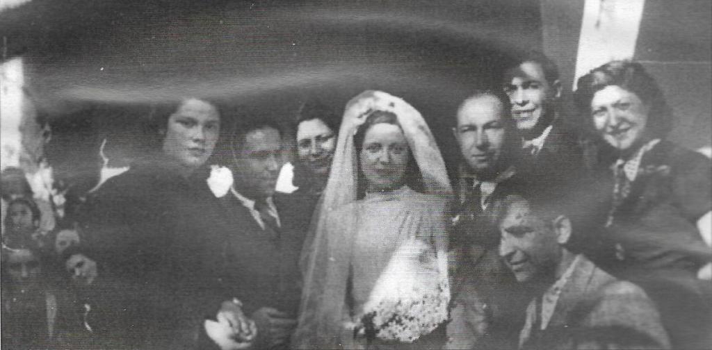Εβραϊκός γάμος στη Θεσσαλονίκη, Ζευγάρι Εβραίων και συγγενείς, 1943. Στις αρχές του 1943, πολλά ζευγάρια Εβραίων παντρεύτηκαν βιαστικά νομίζοντας ότι σαν οικογένεια θα είχαν καλύτερη τύχη.