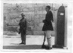 1941-05-ΜΑΪ-Αγνωστος Στρατιώτης – Εύζωνας Τσολιάς + Γερμανός στρατιώτης φυλάνε τομνημείο