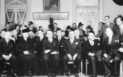 1943-01-01 - Κωνσταντίνος Λογοθετόπουλος + Η Γερμανίδα σύζυγος + Δήμαρχος και άλλοι επίσημοι - t16_k11_p010_2