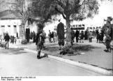 1943-xx-xx - Αθήνα Αμπελόκηποι - Δύο απαγχονισμένοι - Zwei Erhangte Manner an Baumen auf einem Platz in einer Ortschaft - athene-52ef9k6njhc2972qgdh_layout