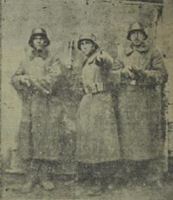 Ανδρες του Πούλου με γερμανικές στολές, γερμανικό οπλισμό (προσέξτε τη γερμανική χειροβομβίδα που επιδεικνύει ο μεσαίος) και γερμανικά κράνη. Υπόκοσμος.