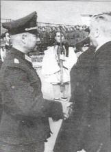 Εκτωρ Τσιρονίκος και ένας Γερμανός στρατηγός και στο βάθος Γερμανοτσολιάδες Εύζωνοι Τάγματα Ασφαλείας, το 1944