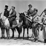 Σώμα Γεώργιος Πούλος, Αξιωματικοί έφιπποι, ιερέας και δύο σαλπιγκτές