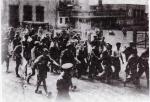 Τάγματα Ασφαλείας Τσολιάδες Δοσίλογοι του Ιωάννη Ράλλη συνοδεύουν Ελληνες κρατούμενους πατριώτες που έπιασαν σε μπλόκο της Αθήνας για να τους παραδώσουν στα SS, 1944
