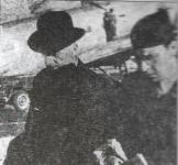 1946-08-28 - Εκτωρ Τσιρονίκος + Ξενοφών Φον Γιοσμάς (ίσως) επιστρέφουν από τη Γερμανία στο αεροδρόμιο του Χασανίοι - Crop