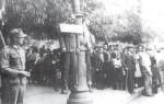 194x-xx-xx-Αθήνα – Κρεμασμένος άνδρας σε φανοστάτη της Αθήνας. Η ταμπέλα έγραφε μαυραγορίτης –images