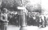 194x-xx-xx-Αθήνα - Κρεμασμένος άνδρας σε φανοστάτη της Αθήνας. Η ταμπέλα έγραφε μαυραγορίτης - images