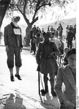 194x-xx-xx-Γερμανοτσολιάς φυλάει κρεμασμένο πατριώτη μπροστά στον αγανακτισμένο κόσμο - 180PX-~1