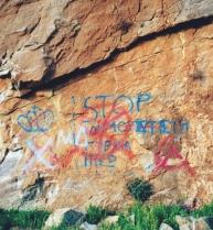 """Φωτογραφία του Τάσου Κωστόπουλου από την στήλη του στην Εφημερίδα των Συντακτών, """"Η κραυγή των τοίχων"""", Βάθεια Μάνης, Μάρτιος 1999, """"STOP Κουμμουνιστή Γύρνα πίσω""""."""