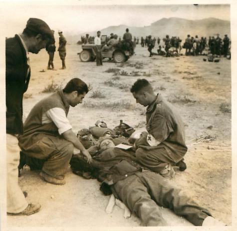 18 Οκτωβρίου 1944, Μέγαρα, πρώτες βοήθειες σε τραυματισμένο κατά την άφιξη των αλεξιπτωτιστών (A casualty is attended to on the drop zone)