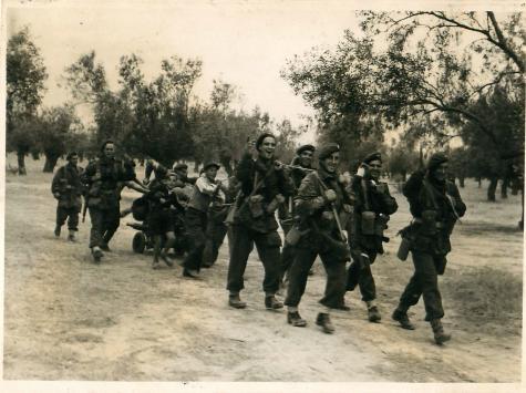 18 Οκτωβρίου 1944, Μέγαρα: Τμήμα Αλεξιπτωτιστών δείχνουν ιδιαίτερα χαρούμενοι μεταφέροντας εξοπλισμό (A mortar team from the 4th Parachute Battalion look happy as they pull equipment)