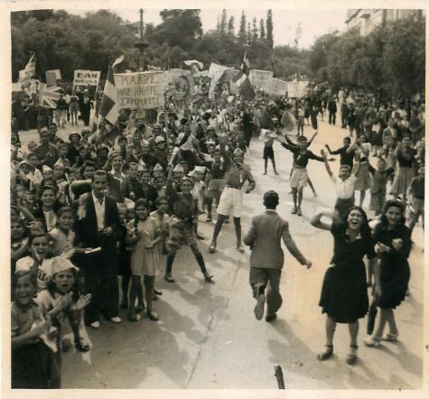 18 Οκτωβρίου 1944, ο αθηναϊκός λαός ζητωκραυγάζει για τον ερχομό του βρετανικού στρατού (Greek civilians crowd in the streets to welcome British paratroopers)