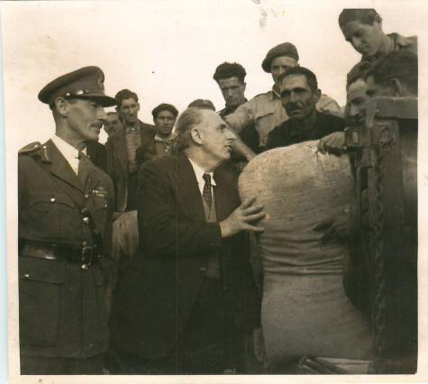 18 Οκτωβρίου 1944, Ρόναλντ Σκόμπι και Γεώργιος Παπανδρέου ελέγχουν τη βρετανική βοήθεια.