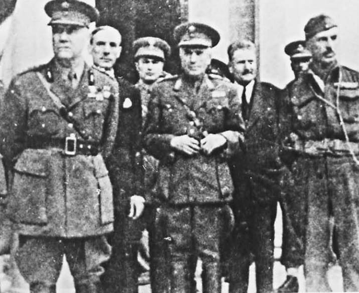 Οκτώβριος 1944, Αθήνα, Απελευθέρωση, ο Παναγιώτης Σπηλιωτόπουλος ως Στρατιωτικός Διοικητής Αθηνών, ο Παυσανίας Κατσώτας (τέρμα δεξιά) και άλλοι