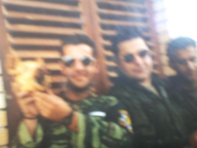 Σρεμπρένιτσα, Βοσνία, αμέσως μετά την πτώση της πόλης. Μέλη της ΕΕΦ διασκεδάζουν κάνοντας πλάκα με ένα κεφάλι γουρουνιού (ύψιστη προσβολή για κάποιον πιστό της ισλαμικής θρησκείας), σε μια πόλη άδεια με τους Μουσουλμάνους κατοίκους της δολοφονημένους ή διωγμένους.