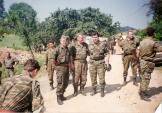 Σρεμπρένιτσα Βοσνίας, 11 Ιουλίου 1995, την ημέρα της πτώσης της πόλης και της αρχής των σφαγών. Διακρίνονται ο Ράτκο Μλάντιτς, ο Σερβοβόσνιος διοικητής της ΕΕΦ με το πολεμικό ψευδώνυμο 'Duga puska' και ο Ελληνας διοικητής της ΕΕΦ Μήτκος Αντώνιος, ενώ γύρω-γύρω διακρίνονται οι σωματοφύλακες του Μλάντιτς.